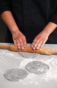Пицетты с лососем на чёрном тесте