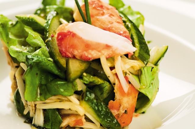 Салат из авокадо и крабового мяса