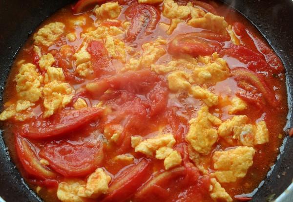 Жареные помидоры с яйцами с фото