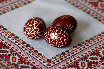 Как креативно красить яйца луковой шелухой