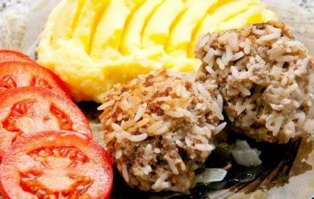 Варианты приготовления ёжиков из различных фаршей с рисом в духовке