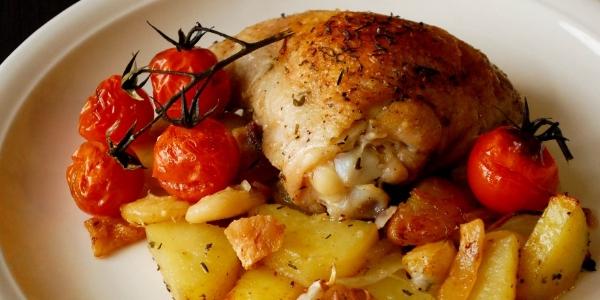 Куриные бедра в духовке с картошкой, помидорами и сыром