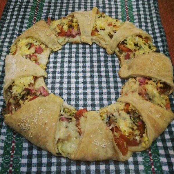 Необычный и вкусный пирог-венок с беконом, сыром и яйцами