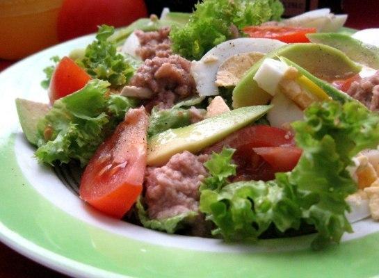 Как приготовить салат с консервированным тунцом .(2 рецепта )