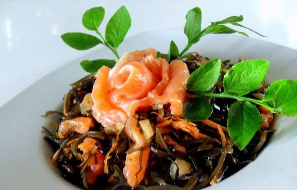 Как приготовить вкусные салаты из морской капусты с яйцом.