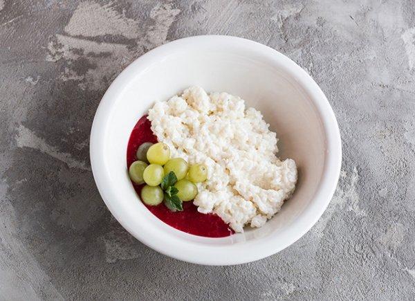 Для завтрака:  воздушная рисовая каша с брусничным вареньем