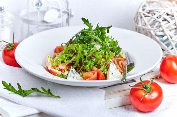 Как приготовить микс-салат со слабосолёным амурским лососем