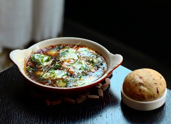 Как приготовить шакшуку из перепелиных яиц с печеными перцами и сливочным сыром