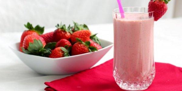 Аппетитные десерты, освежающие напитки, салат и даже суп.8 летних рецептов из клубники.