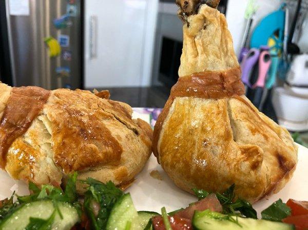 Куриные голени в конвертиках из слоеного теста на картофельно-грибной подушке.