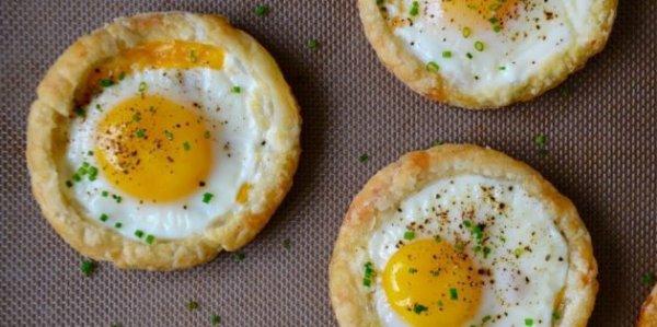 Запечённые яйца в духовке, которые разнообразят завтрак.10 новых рецептов