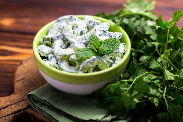 Легкий и пикантный салат из огурцов с мятой и йогуртом.