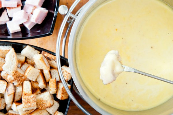 Фондю — традиционная швейцарская закуска.Хитрости приготовления