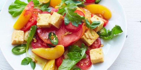 Простые и вкусные салаты со свежими  помидорами. 10 оригинальных рецептов.