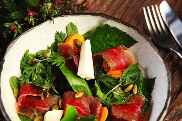 3 рецепта овощных салатов с огорода и как приготовить ягодный уксус.