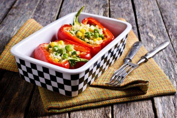 Ароматные фаршированные перцы с начинкой из кускуса, горошка и кукурузы  в духовке