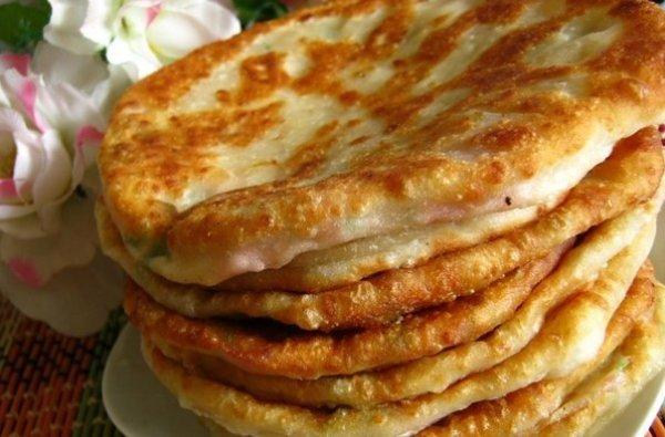 Рецепт сырных лепёшек с ветчиной и грибами для завтрака
