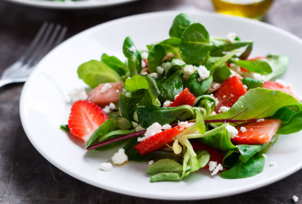 Простой в приготовлении и невероятно вкусный, клубничный салат с мясом курицы