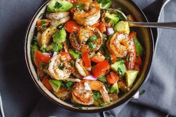 Салат с креветками, авокадо и помидорами