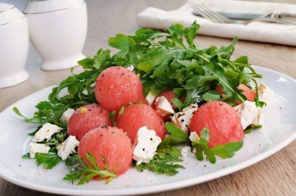 Простой и полезный салат рукколой,арбузом и сыром фета.