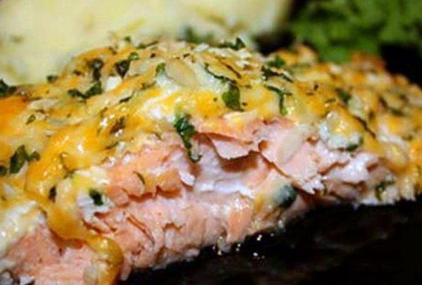 Очень вкусная и нежная горбуша, запеченная в духовке на картошке.
