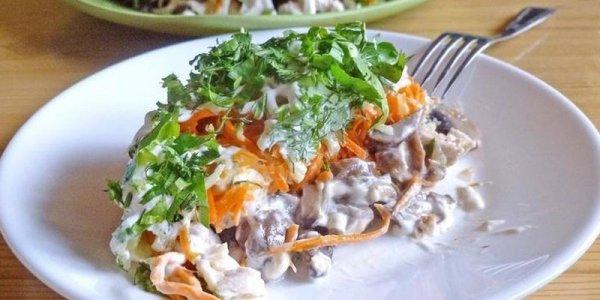 5 рецептов вкусных салатов с корейской морковкой и копченой курицей.