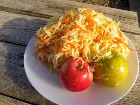 Очень вкусная и полезная квашеная капуста с яблоками.( Фоторецепт)