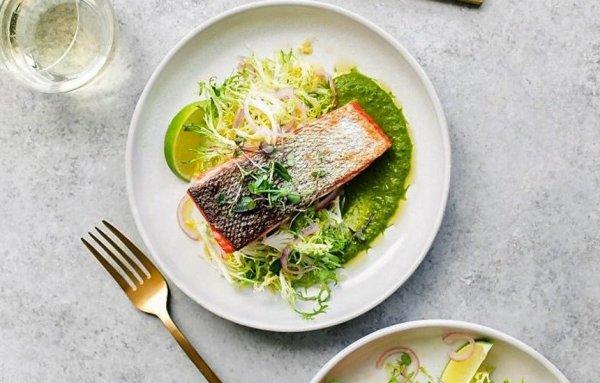 Вкуснейший и питательный лосось с зеленым соусом чили и салатом фризе.
