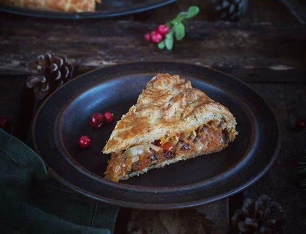 Как приготовить сытный, красивый и вкусный пирог с капустой и морковью.