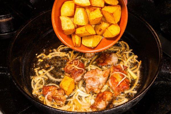 Жареный картофель с мясом по-грузински (оджахури), на специальной сковородке кеци