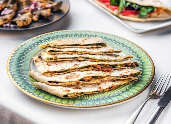 Как приготовить  традиционное армянское блюдо - хаца с зеленью, сулугуни и куриным филе.