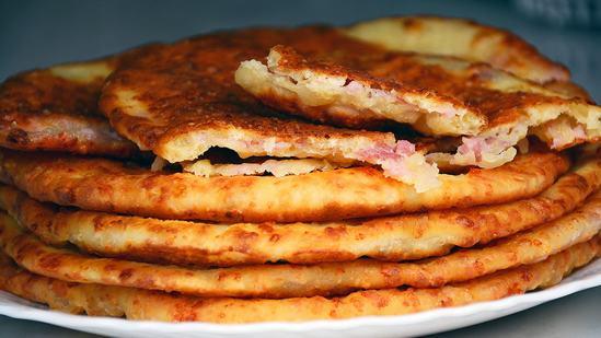 Как приготовить быстро и вкусно  сырные лепешки на кефире с ветчиной