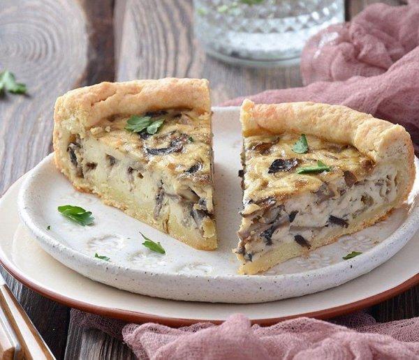 Ароматная, сытная и вкусная выпечка с начинкой из  из шампиньонов и сыра
