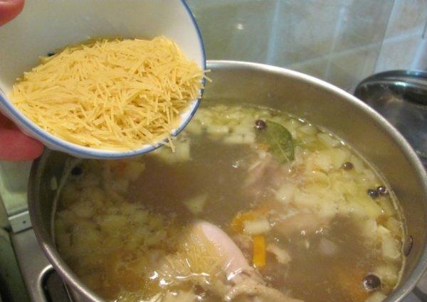 Как приготовить быстро суп из домашней курицы.