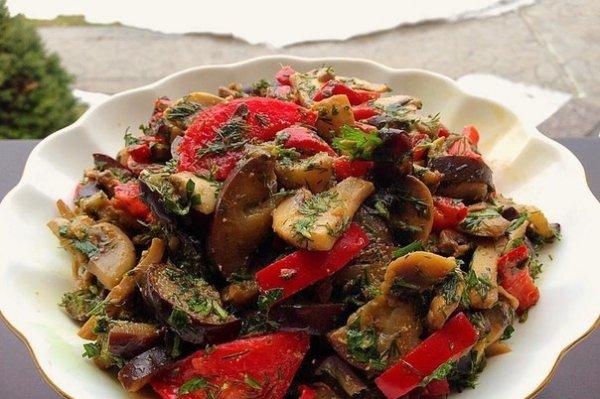 Тёплый салат из баклажана с шампиньонами и болгарским перцем