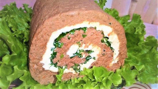 Печёночный рулет со сливочным маслом и зеленью