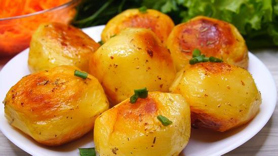 Красивый и вкусный картофель в духовке с хрустящей корочкой.