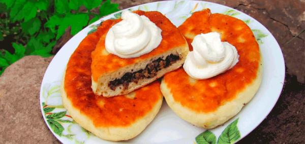 Аппетитные жареные пирожки с ливерной начинкой жареные на сковороде.