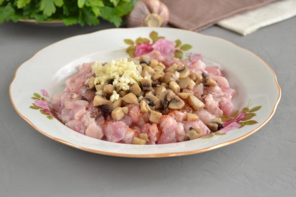 Как очень просто приготовить куриную ветчину с грибами дома. (Фоторецепт)