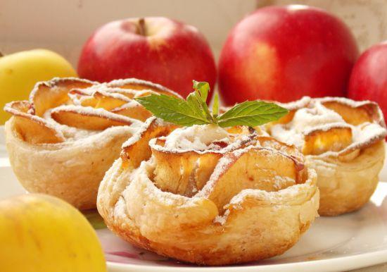 Красивый и вкусный десерт: яблочные розочки из слоеного теста. (Фоторецепт)