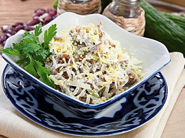 Как приготовить необычный, но вкусный мясной салат с редькой