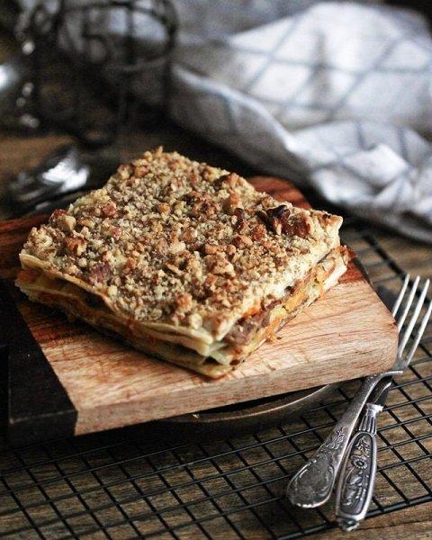 Очень аппетитный слоеный пирог из утки и моркови