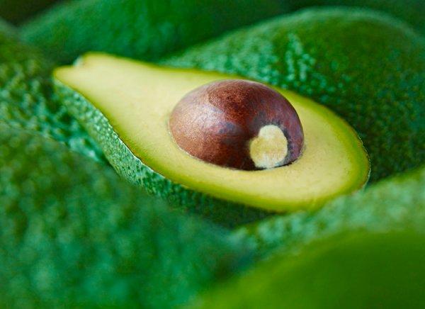 Три оригинальных рецепта с авокадо: салат, тартар и матча-мусс