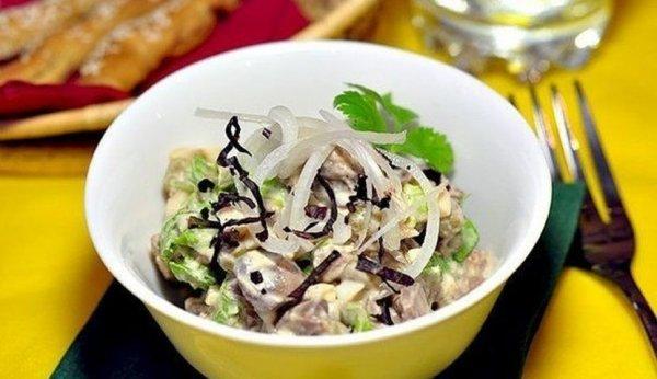 Салат из куриной печени с зелёным горошком.
