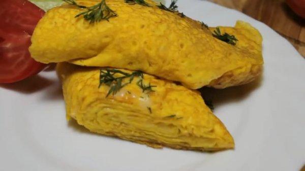 Новое блюдо из привычных и доступных ингредиентов на завтрак. Слоёный яичный блинчик