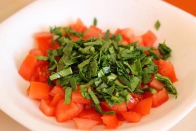 Изысканный и низкокалорийный салат с красной рыбой и томатами