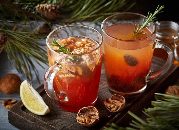 Два необычных согревающих напитка: лавандовый кофе и напиток с сосновыми шишками.