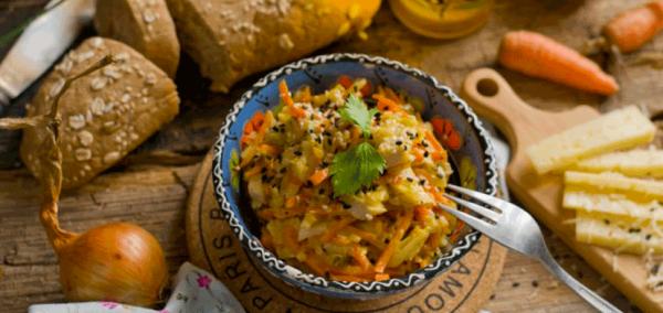 Вкусный и полезный куриный салат с морковью и сыром