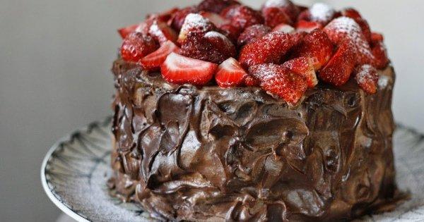 Изумительно вкусный шоколадный торт для романтического вечера на 14 февраля
