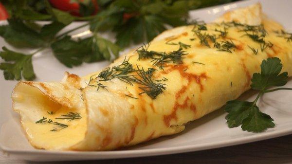 Сытный и полезный мужской завтрак: Рулет из яиц с сыром